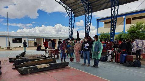 Parte de los bolivianos que llegó de Chile a Sabaya.