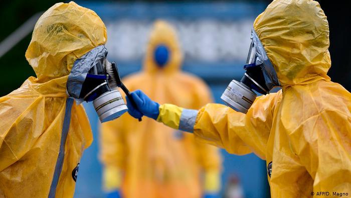 Coronavirus in Brasilien Belo Horizonte Feuerwehr-Männer in Schutzanzügen (AFP/D. Magno)