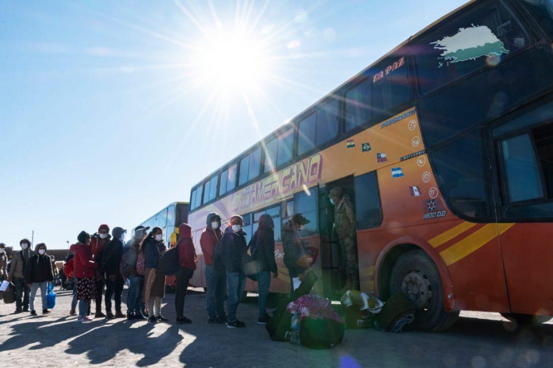 385 bolivianos retornan de Chile y harán cuarentena en el Tata Santiago