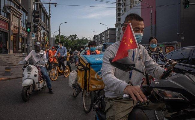 Personas en China usan mascarillas tras el brote de Covid-19 en ese país