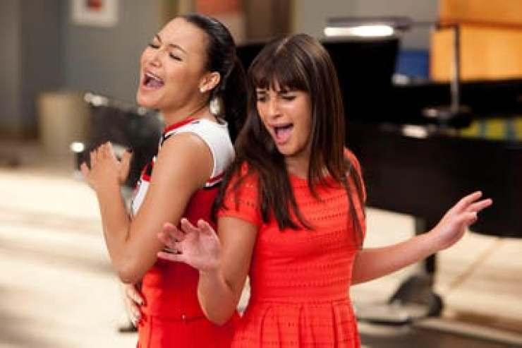 Naya Rivera en Glee junto a Lea Michele