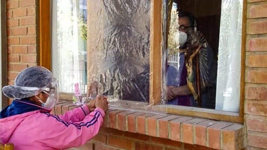 Una creyente se confiesa en el domicilio del padre Marcelo Bazán. Facebook de Marcelo Bazán