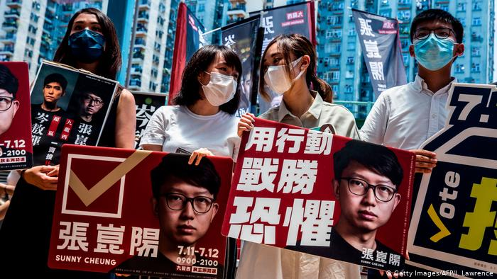 Activista prodemocracia protestan contra el gobierno de Hong Kong.