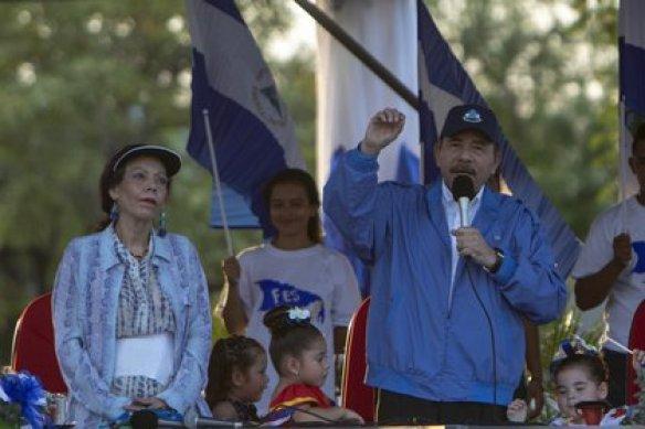 El presidente de Nicaragua, Daniel Ortega, habla en un acto político junto a su esposa, la vicepresidenta Rosario Murillo (EFE/Jorge Torres/Archivo)