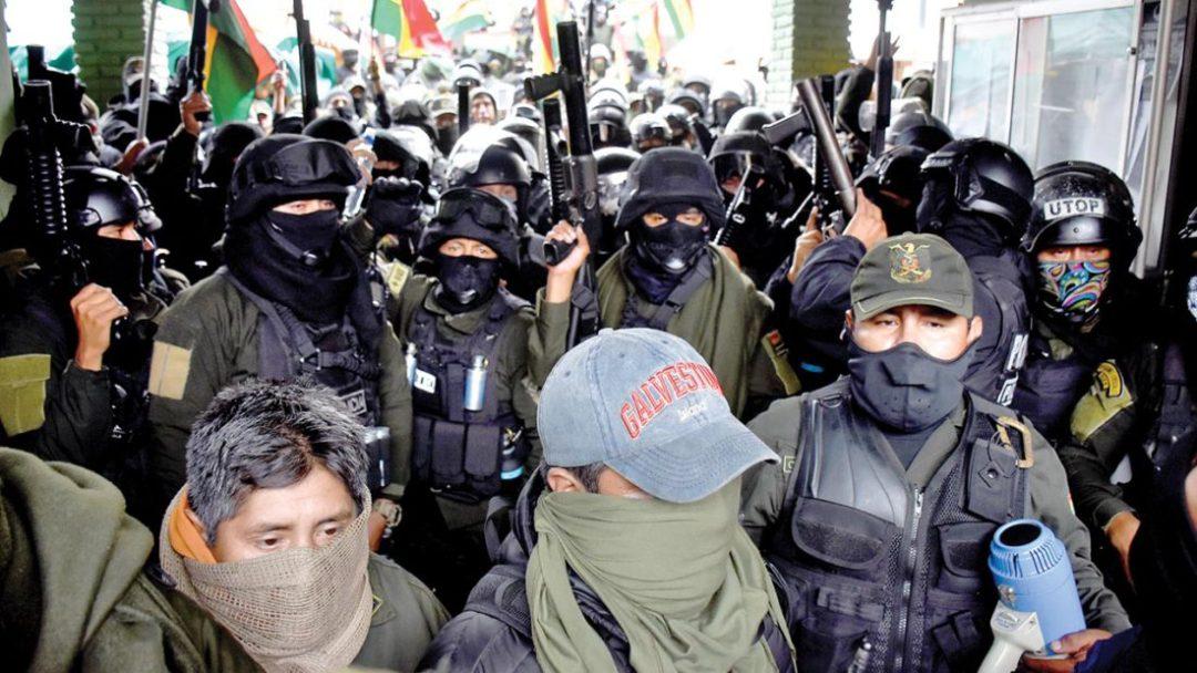 Efectivos se amotinan en la Unidad Táctica de Operaciones Policiales (UTOP) el 8 de noviembre de 2019, en Cochabamba. Dico SolÍs