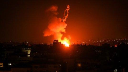 Uno de los recientes bombardeos de Israel a las instalaciones de Hamás en la Franja de Gaza como respuesta al lanzamiento de globos incendiarios por parte de ciudadanos palestinos