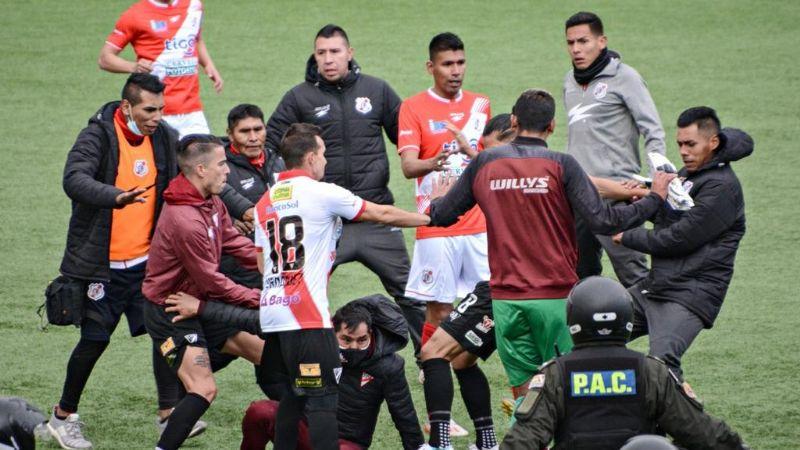 Costa despide al DT Núñez en medio de una pelea que dejó al menos dos heridos