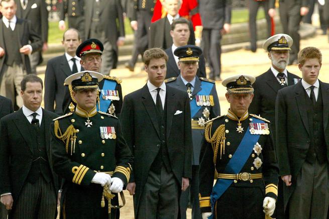 príncipe harry y príncipe guillermo, príncipe Carlos, principe andrés, Funeral reina madre