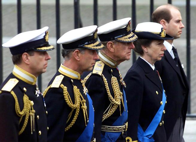 El duque de Edimburgo y sus cuatro hijos, los príncipes Carlos, Ana, Andrés y Eduardo, en el funeral de la reina madre. 2002