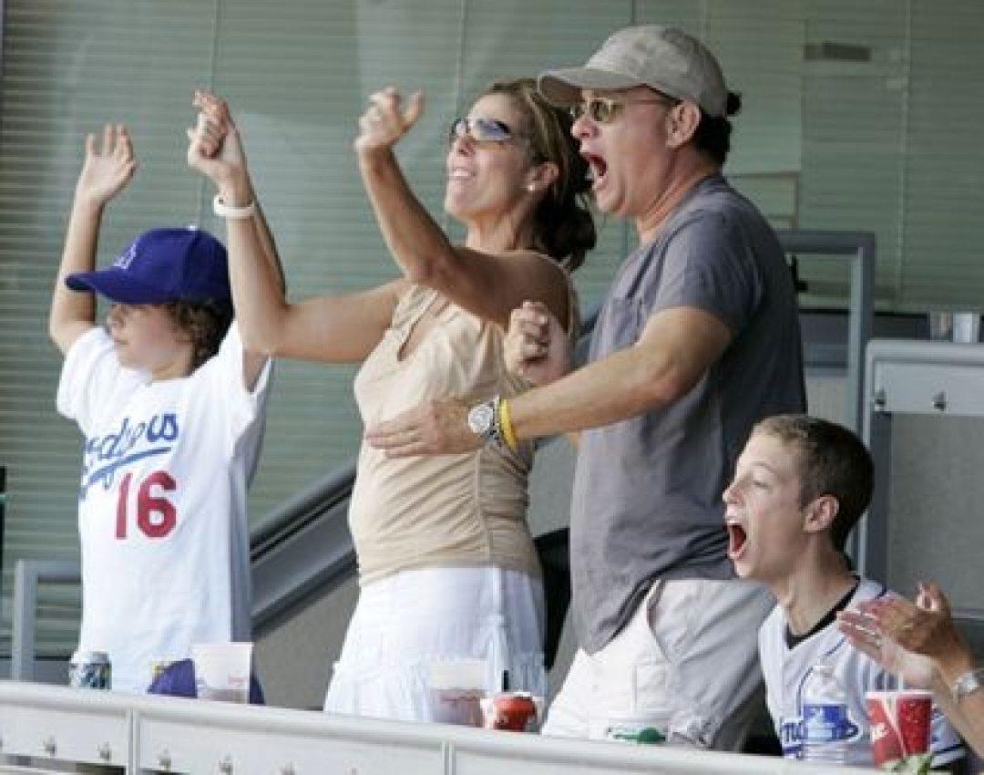 Rita Wilson, Tom Hanks y sus hijos Truman (a la izquierda) y Chester (a la derecha) durante un partido de béisbol en Los Ángeles en 2004.