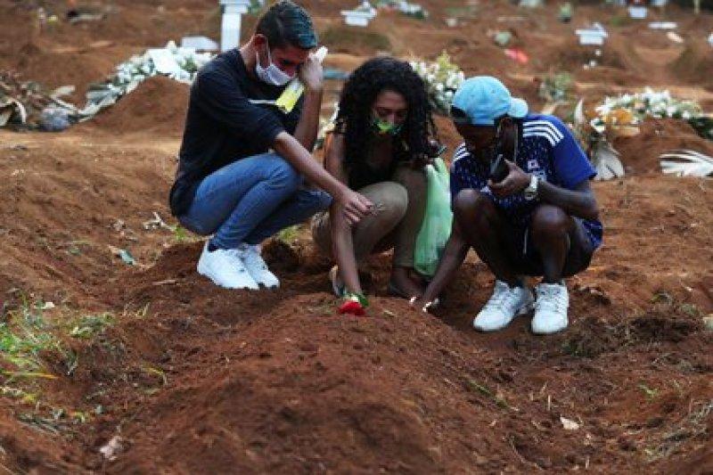 Familiares de víctima de Covid-19 lloran en entierro en cementerio de São Paulo (REUTERS/Amanda Perobelli)