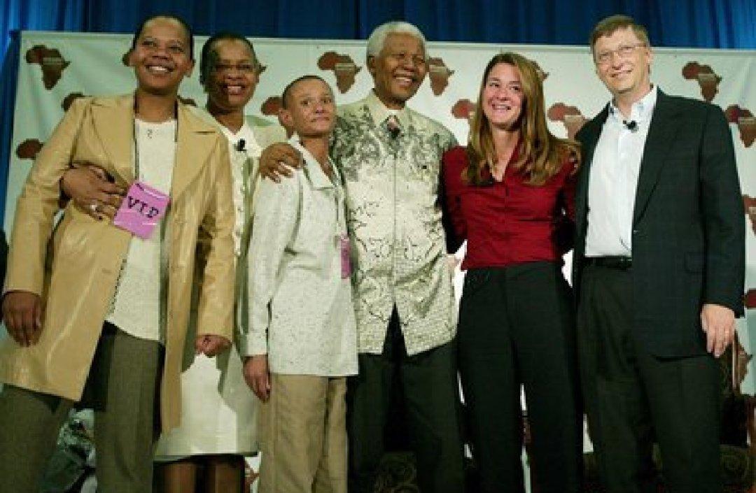 Melinda y Bill Gates , Nelson Mandela, Graça Machel y otros durante una visita a la Universidad Witwatersrand en 2003 (Foto: Instagram@melindafrenchgates)