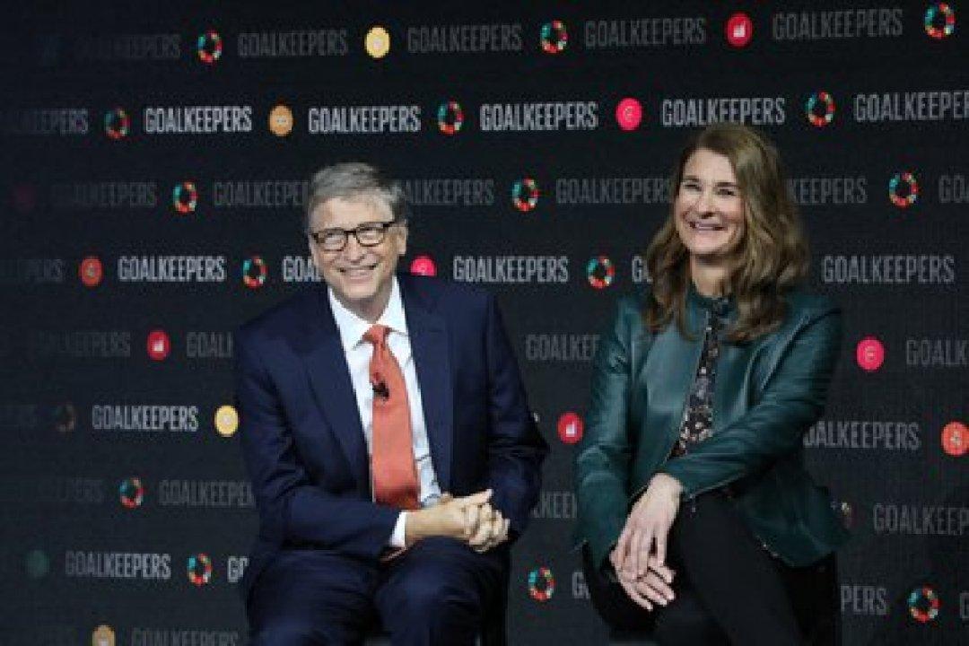 La pareja durante la presentación del Goalkeeper, una iniciativa de su fundación para reunir a líderes de todo el mundo para acelerar el progreso hacia el logro de los Objetivos de Desarrollo Sostenible, en el Lincoln Center de Nueva York (Foto: AFP)