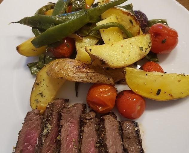 BBQ-biefstuk met kruidig geroosterde ovengroenten.