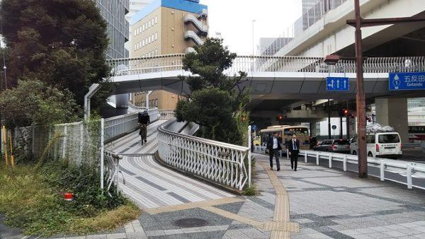 地下鉄高島町駅前のうねる歩道橋