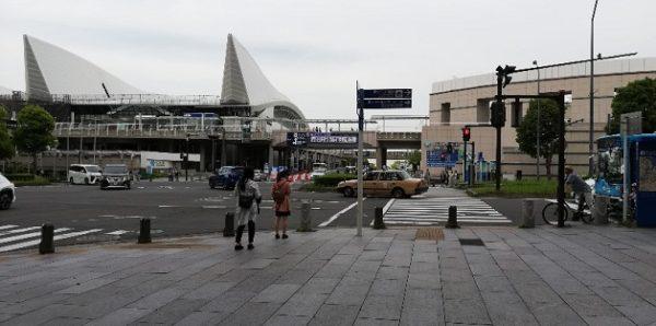 「パシフィコ横浜前」交差点、パシフィコ横浜の展示ホールの三角の屋根