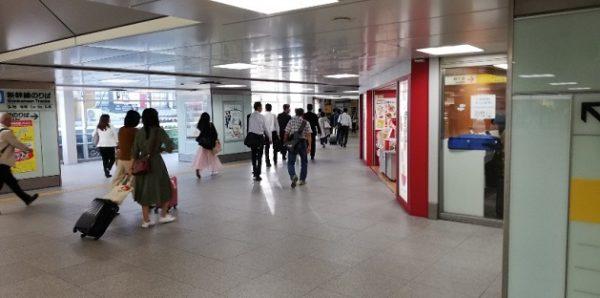新横浜駅のJR横浜線のホームへ向う