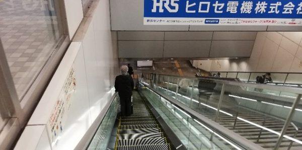 新横浜駅の地下鉄ブルーライン改札へ向う