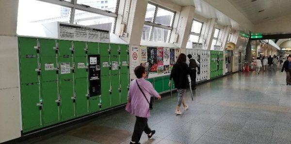 川崎駅構内、中央通路の両脇のロッカー