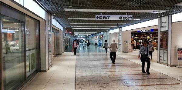 川崎駅の地下街アゼリアの通路