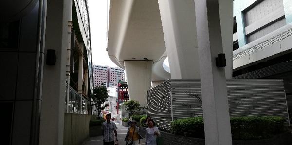 石川町駅の北口前(高架下)
