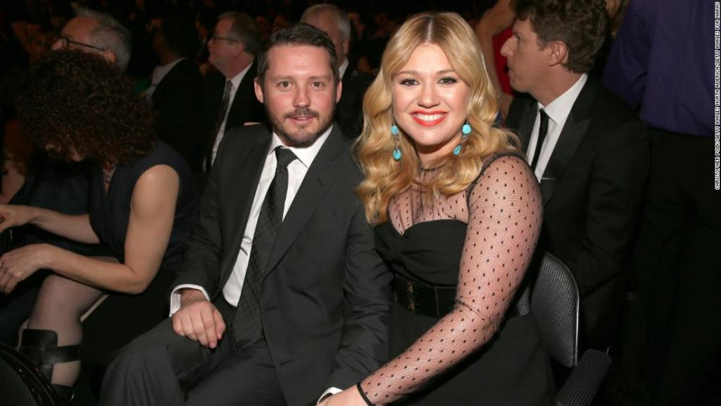 kelly-clarkson-says-life's-'been-a-little-of-a-dumpster'-since-filing-for-divorce