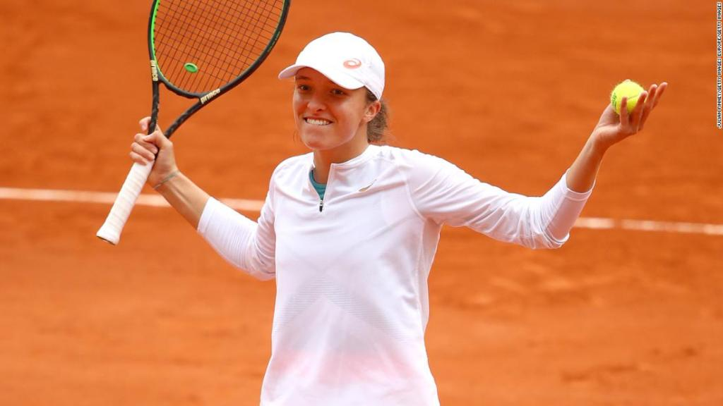 Iga Swiatek makes French Open final to continue roll, make history