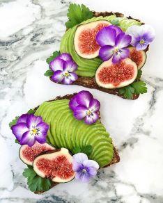 Obložené chlebíčky s avokádem, čerstvými fíky a jedlými květy