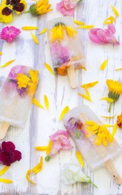Nanuk ze šampaňského s jedlými květy