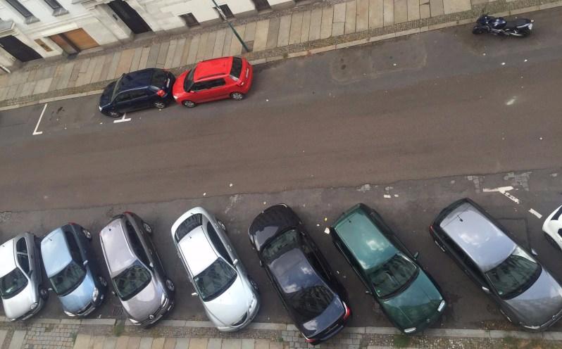 Autos vor dem Fenster