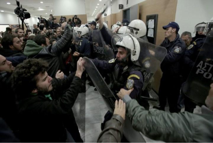 8 μέλη του κινήματος «Δεν πληρώνω» στο κρατητηριο