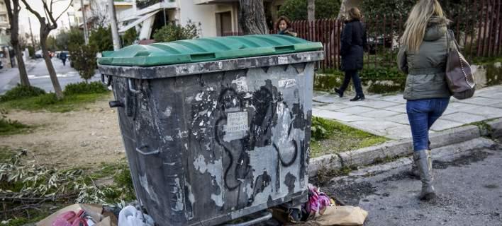 Η κάμερα ασφαλείας έπιασε τον γείτονα που κατέβαζε τα σκουπίδια