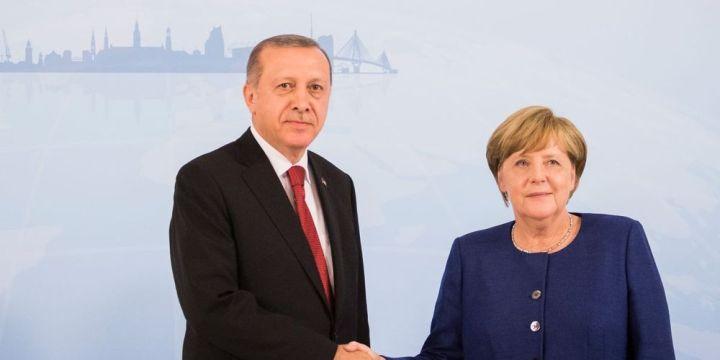 Handelsblatt: Η Μέρκελ προσπαθεί να μεσολαβήσει για την απελευθέρωση των Ελλήνων στρατιωτικών