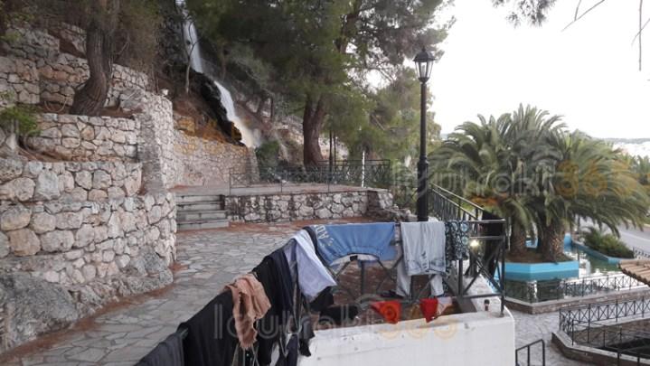 Ρομά άπλωσαν μπουγάδα με σώβρακα και φανέλες στους Καταρράκτες του Λουτρακίου!