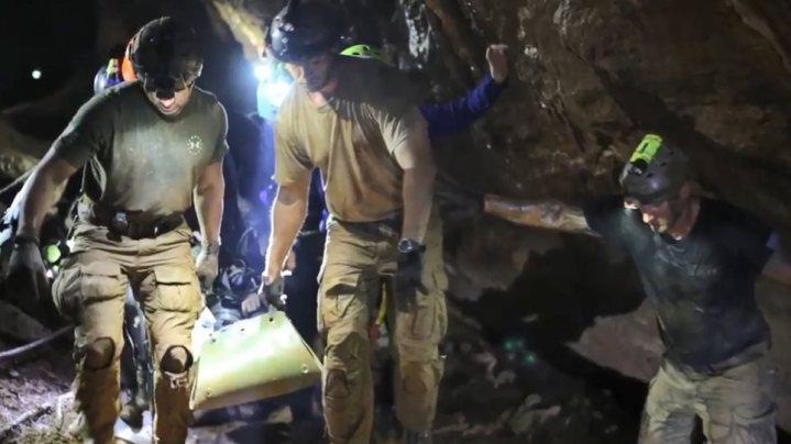 Ταϊλάνδη: «Κοιμισμένα» πάνω σε φορεία έβγαλαν τα παιδιά από το σπήλαιο