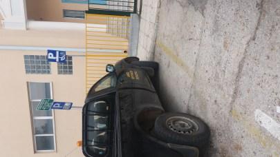 «Συγχαρητήρια» ανακοίνωση για δημοτικό αυτοκίνητο που παρκάρισμα σε θέση ΑΜΕΑ
