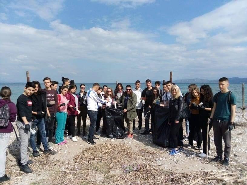 Εθελοντικός καθαρισμός της παραλίας Καλάμια από το 4ο Λυκειο με τον Ολυμπιονίκη Νίκο Συρανιδη