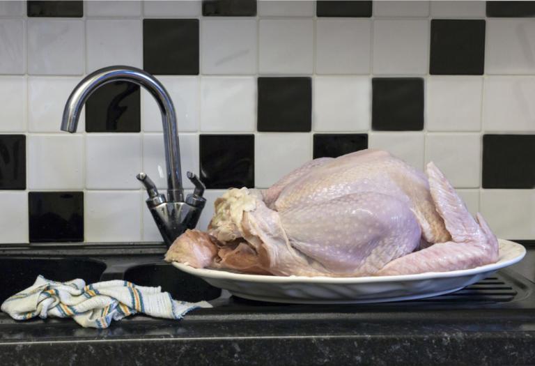 Κοτόπουλο: Πότε γίνεται επικίνδυνο για δηλητηρίαση – Αγορά, αποθήκευση, χειρισμός