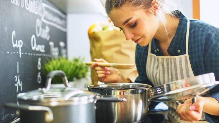 Πώς να γλιτώσεις από τις μυρωδιές του μαγειρέματος