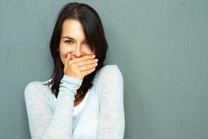 Τρεις λόγοι που μυρίζει άσχημα η αναπνοή μας