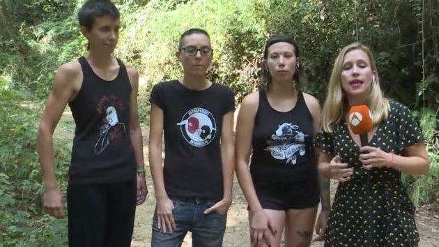 Ακτιβίστριες βίγκαν έκαναν επιδρομή σε κοτέτσι επειδή οι κόκορες βιάζουν τις κότες