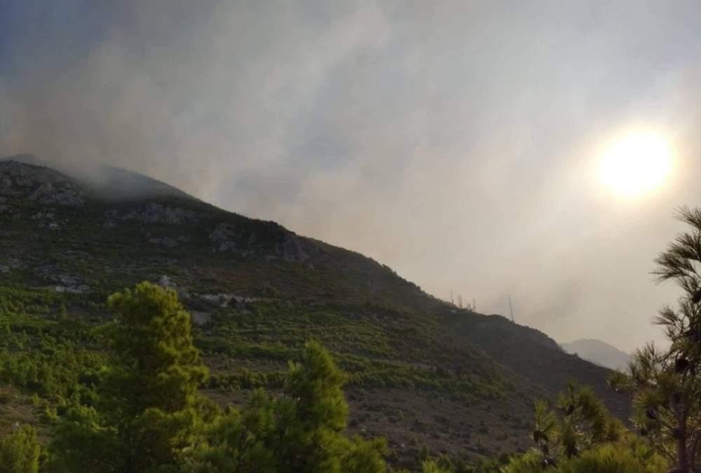 Μεγάλο αγώνα από τα εναέρια μέσα για να περιορίσουν τη φωτιά στα Γερανεια