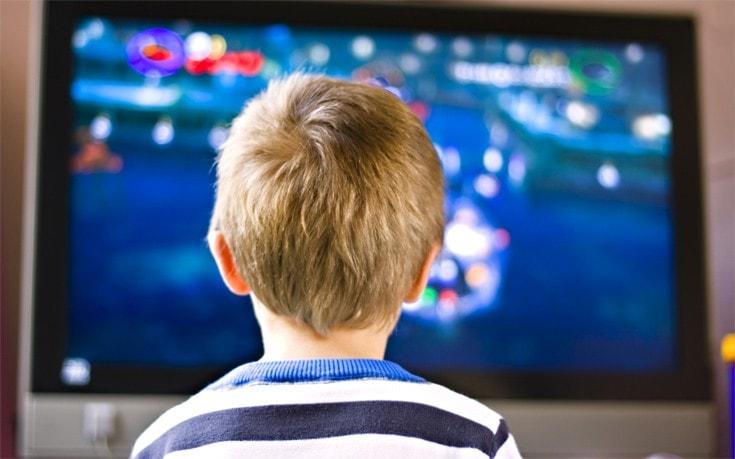 Το «τι» βλέπουν τα παιδιά και όχι το «πόσο» επηρεάζει τις σχολικές επιδόσεις