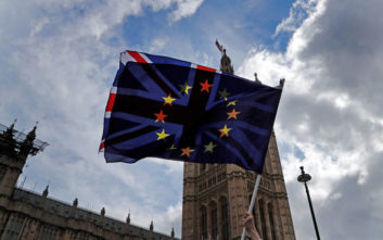 Brexit: Λευκός καπνός στις Βρυξέλλες, κατέληξαν σε συμφωνία Βρετανία και ΕΕ