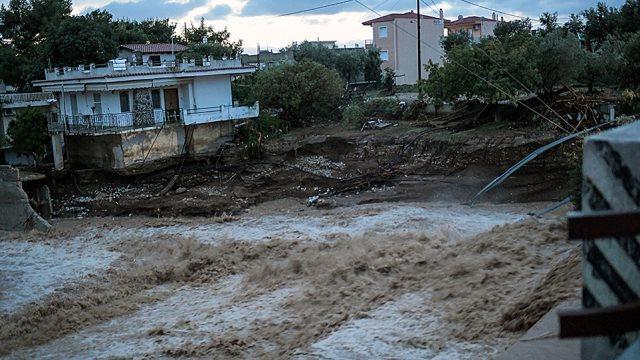 Κινέτα: Συνεχίζεται η μάχη με τις λάσπες στα σπίτια – Ανοιχτή η Αθηνών-Κορίνθου