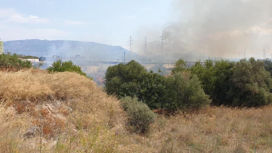 Τωρα: Φωτιά στην είσοδο του προαστιακου