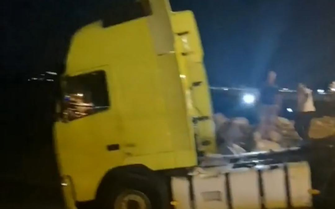 Φορτηγό κατέληξε στη θαλασσα