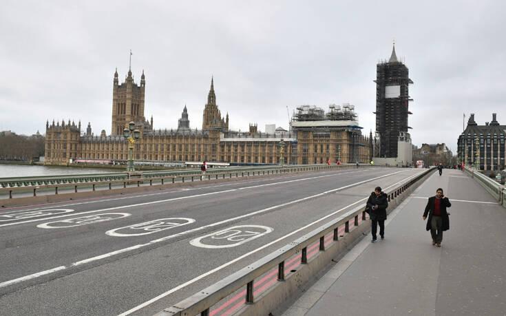 Πανικός στο Λονδίνο: Νέα μέτρα για να τιθασευτεί η εξάπλωση του κορονοϊού