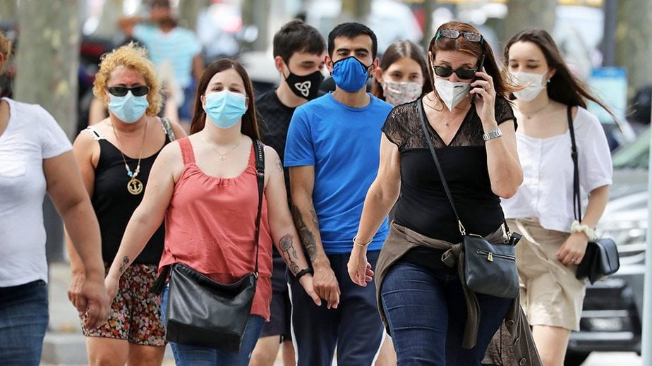 Κορωνοϊός: Πόσο πιθανό είναι να κολλήσουμε σε ανοιχτούς χώρους