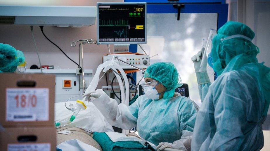 Κορωνοϊος: Η επέλαση του ιού πιέζει τα νοσοκομεία – Αγγίζουν τους 1.000 οι νοσηλευόμενοι, 119 οι διασωληνωμένοι